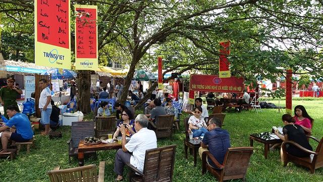 Thời tiết Hà Nội mấy nắng nóng nên khu vực các gian hàng giải khát và ăn uống rất hút khách.