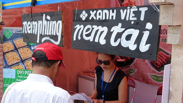 Một quầy hàng nem Phùng cũng nhận được sự quan tâm của khách tham quan.