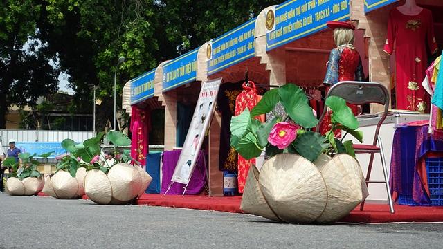 Không gian Hội chợ được bài trí khá bắt mắt với những chi tiết hoa sen kết hợp với nón lá.