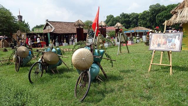 Hình ảnh xe đạp thồ gần gũi gắn liền với nền nông nghiệp lúa nước của Việt Nam cũng có mặt.