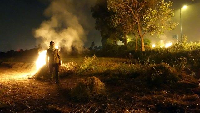 Ở nhà cũng chẳng đun đến rơm rạ vì đã có bếp ga. nên giờ phải đánh đống đốt đi lấy tro bón ruộng trong vụ hoa màu sắp tới thôi, người nông dân trong ảnh cho biết.