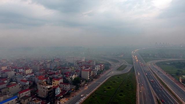 Ngược hẳn với tiết thu trong trẻo thường thấy, bầu trời một số khu vực ngoại ô Hà Nội như vùng Nhật Tân - Nội Bài mấy ngày nay thường xuyên trong tình trạng mù mịt khói bụi.