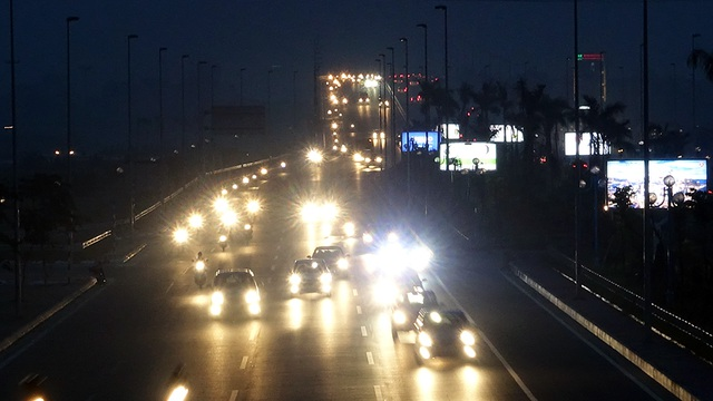 Khói bụi ảnh hưởng tới tầm quan sát của các phương tiện tgiao thông trên đại lộ Võ Nguyên Giáp.