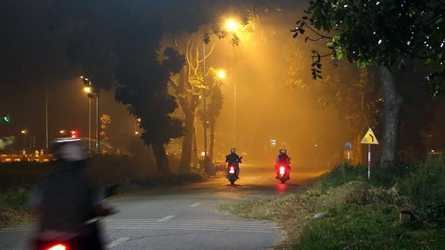 Theo các chuyên gia y tế, ngoài làm nhiệt độ không khí tăng cao, khói đốt rơm rạ còn gây nguy cơ mắc bệnh đường hô hấp.