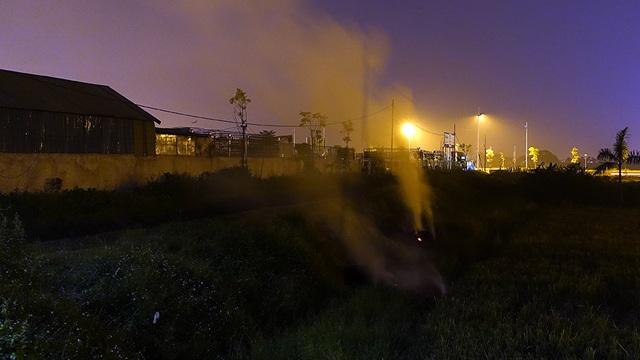 Những đống rơm rạ, cây cỏ cháy âm ỉ cả đêm, nhả khói lên bầu trời.