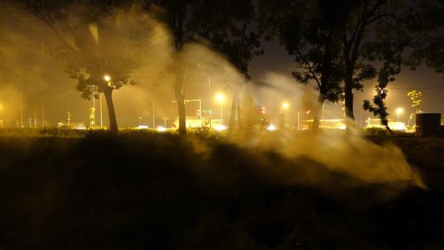 Một góc ngoài ô mờ ảo trong đêm vì khói bụi.