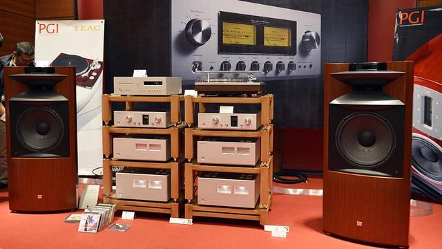 Cặp loa JBL với thiết kế đầy tính cổ điển, nguồn nhạc từ mâm than của TEAC.