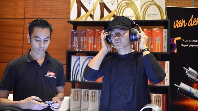 MC Phan Anh chìm đắm trong âm thanh điện tử được phát ra từ thiết bị di động.