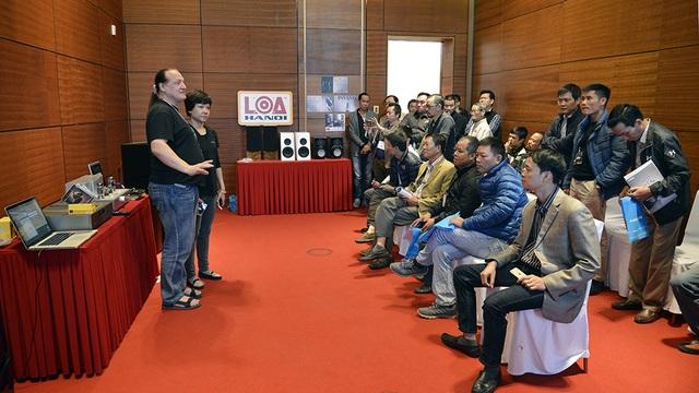 Giới chơi âm thanh thủ đô lắng nghe chia sẻ về thiết bị và công nghệ đến từ những chuyên gia ngoại quốc.