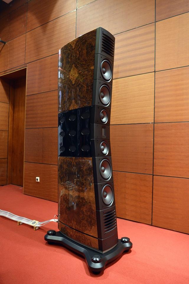 Audio Hoàng Hải mang đến triển lãm năm nay cặp loa Raidho siêu khủng với chiều cao hơn cả đầu người.