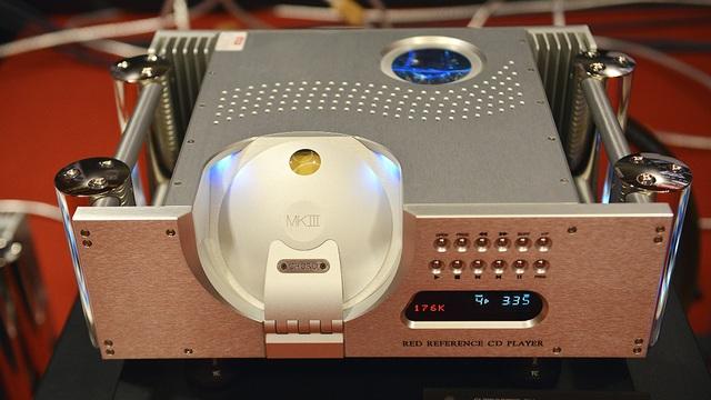 CD Player được thiết kế vô cùng bắt mắt và hầm hố.