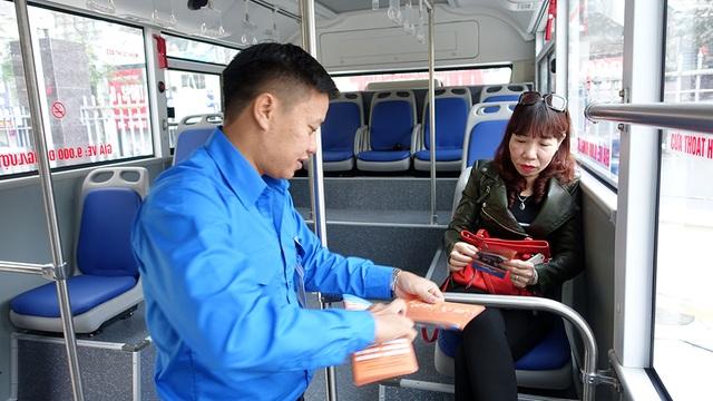Nhân viên giới thiệu với hành khách về thông tin chuyến xe, các tiện ích và giờ chạy xe...
