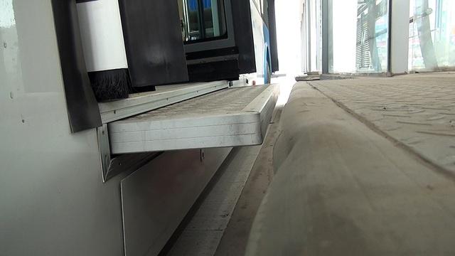 Sàn xe và nhà chờ được kết nối với nhau bởi một sàn đỡ tự động mở ra mỗi khi cửa mở.