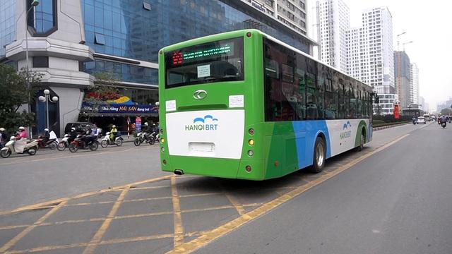 Buýt BRT chạy ở làn đường được ưu tiên riêng, dừng ở các bến cố định nằm trên dải phân cách, giữa hai chiều đường.