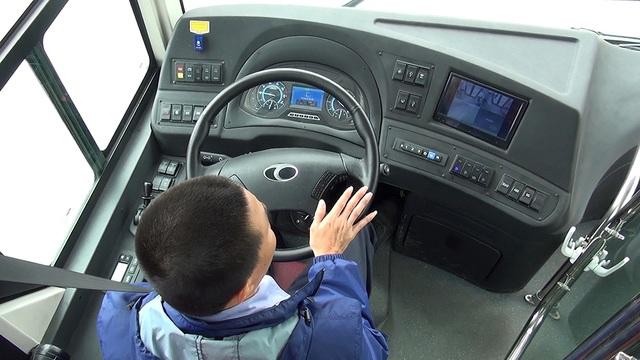 Xe được trang bị một số tính năng tiên tiến như cảm biến cửa tự động đồng bộ với nhà chờ để mở cửa xe. Xe cũng trang bị hệ thống số tự động, phanh 3 lớp.