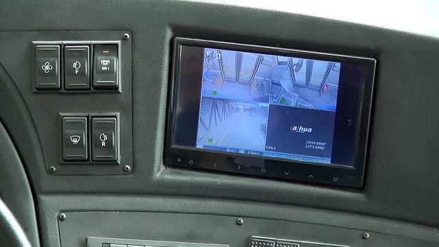 Trên xe lắp một số camera, hiển thị trên màn hình khoang lái.