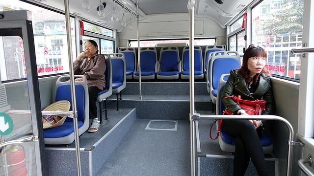 Nội thất thoáng mát và sạch sẽ với khoảng 20 ghế ngồi.