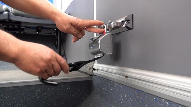 Hệ thống đai nịt được lắp đặt ngay chính giữa xe để cố định xe lăn cho người khuyết tật.