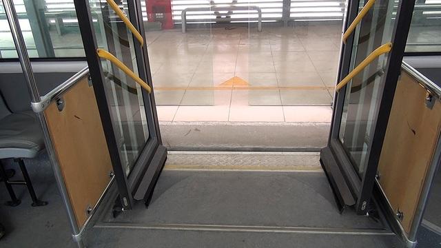 Cửa xe, cửa bến đỗ và bậc lên xe được đồng bộ bằng hệ thống tự động, đảm bảo an toàn cho hành khách lên xuống.