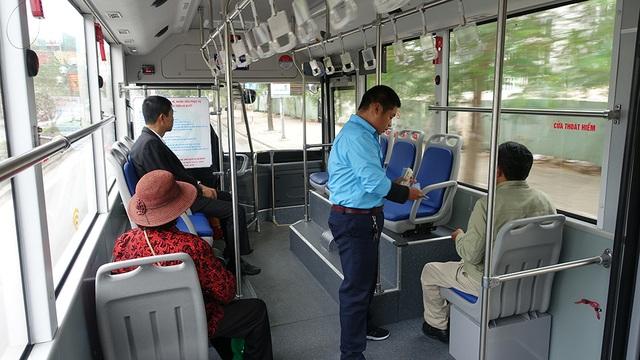 Những hành khách đầu tiên sử dụng dịch vụ vận chuyển của tuyến xe buýt 90.