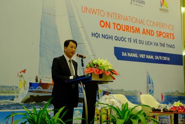 Ông Harry Hwang, Phó Giám đốc khu vực châu Á - Thái Bình Dương (UNWTO) công bố Tuyên bố chung Đà Nẵng về thúc đẩy du lịch và thể thao vì sự phát triển bền vững
