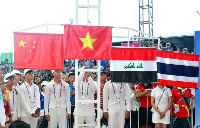Quốc kỳ Việt Nam liên tục giương cao nức lòng khán giả chủ nhà hâm mộ thể thao
