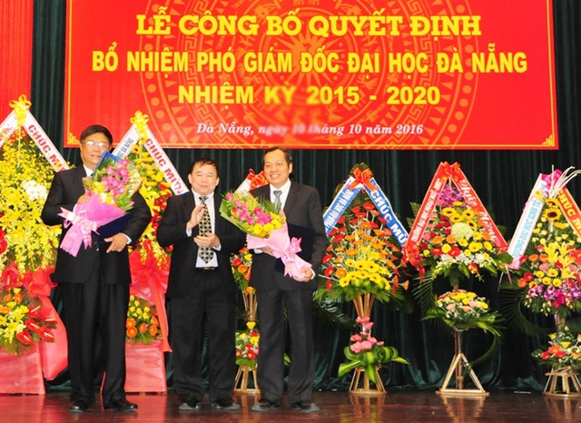 Thứ trưởng Bộ GD - ĐT Bùi Văn Ga chúc mừng hai Phó GĐ ĐH Đà Nẵng vừa được bổ nhiệm lại