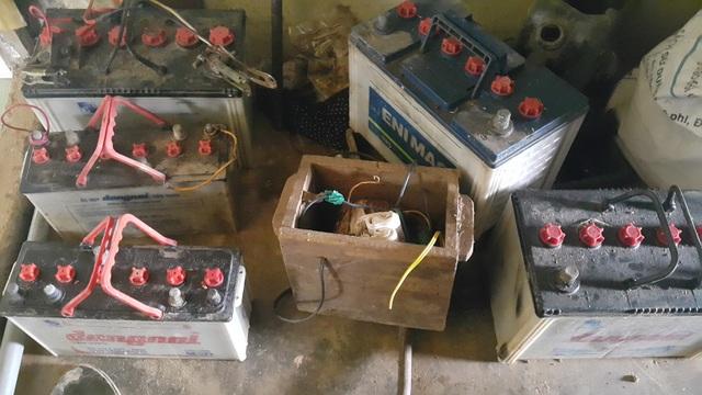 Những bình ắc quy được gia đình ông Tuấn chuẩn bị đê tích điện từ hệ thống pin năng lượng mặt trời