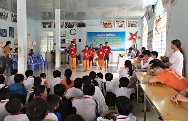 Các em nhỏ ở trung tâm bảo trợ nạn nhân chất độc da cam múa hát chào đón các bạn học sinh đến thăm