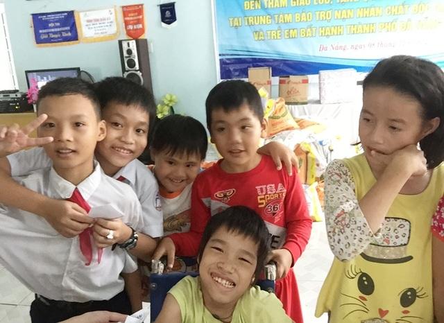 Tình bạn mới của các em học sinh tham gia chuyến đi với các bạn ở trung tâm bảo trợ nạn nhân chất độc da cam và trẻ em bất hạnh Đà Nẵng