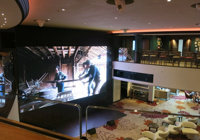 Bên trong du thuyền có cả khu mua sắm, rạp chiếu phim, nhà hàng...