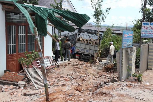Toàn bộ như mái hiên, mái vòm, tường rào, cổng nhà của ba căn nhà bị hư hỏng nặng
