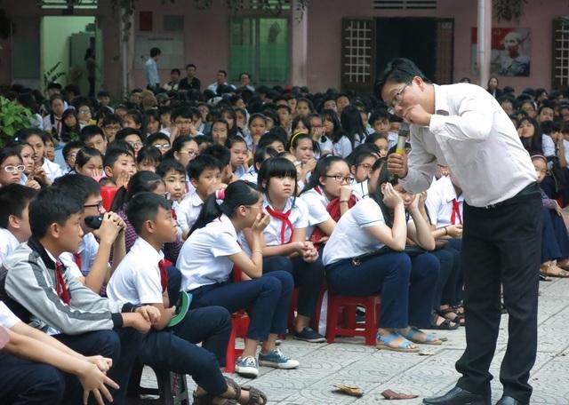 Thầy Ngô Ngọc Hoàng Vương trong một buổi chuyện trò cùng các em học sinh THCS ở Đà Nẵng