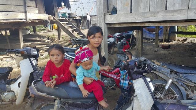 Gia đình neo người nên nhiều đứa trẻ Sán Chỉ rủ nhau ở nhà để phụ giúp bố mẹ