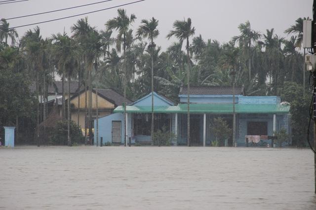 Nhiều khu dân cư ở Quảng Ngãi bị chia cắt đã hơn một tuần