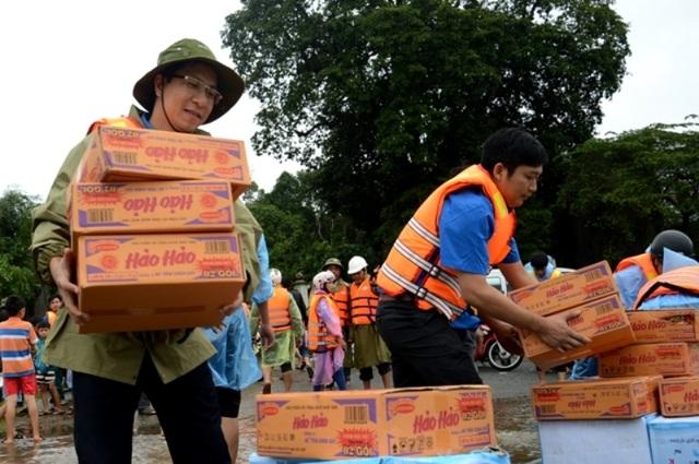 Các lực lượng tham gia cứu trợ người dân vùng lũ
