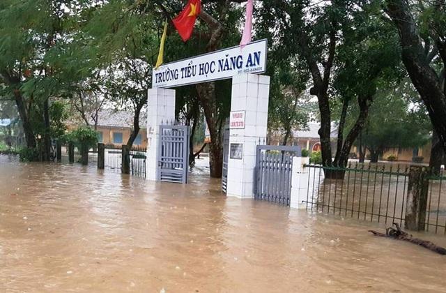 Nhiều trường học ở Quảng Ngãi vẫn còn ngập sâu trong nước