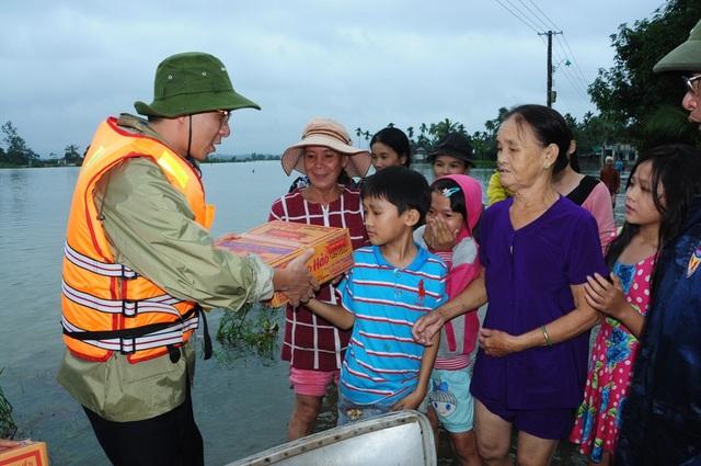 Người dân vùng lũ đang rất cần sự hỗ trợ từ cộng đồng