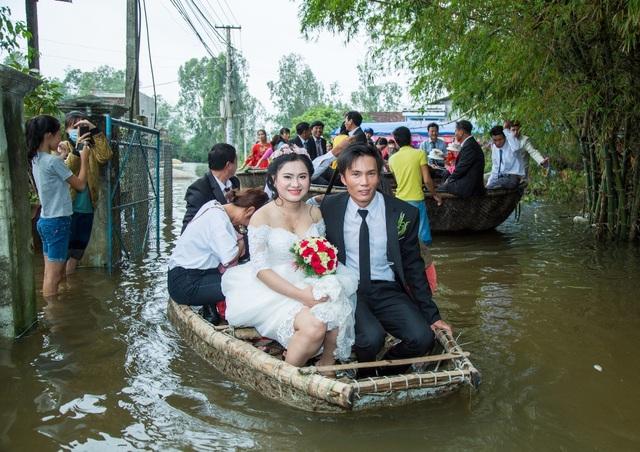 Cặp đôi rạng rỡ trong ngày hạnh phúc đặc biệt đáng nhớ