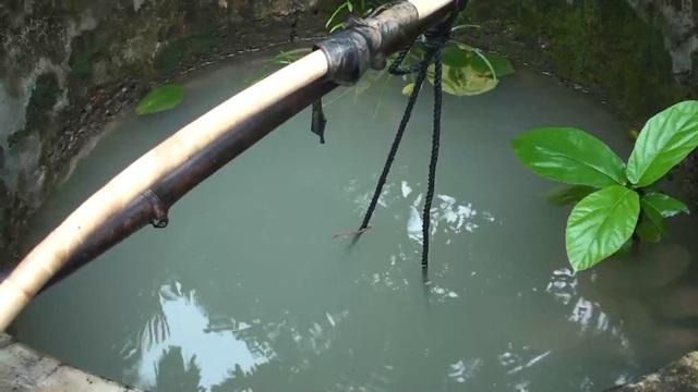Nước lũ tràn vào gây ô nhiễm nguồn nước, không thể sử dụng được
