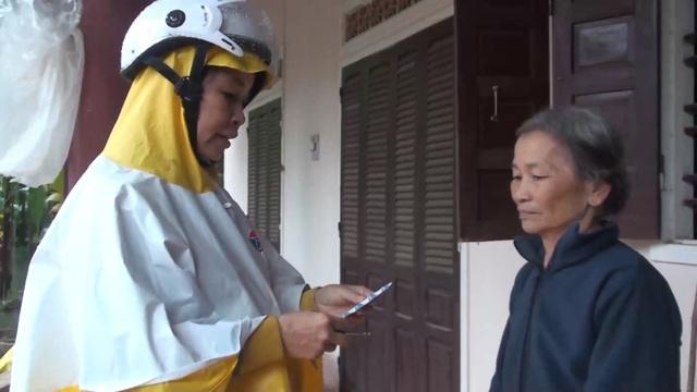 Cán bộ ngành y tế Quảng Ngãi tích cực hỗ trợ người dân cách xử lý nước, môi trường