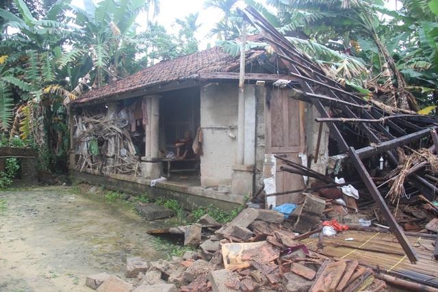 Nửa căn nhà của bà Phú bị sập do mưa lũ