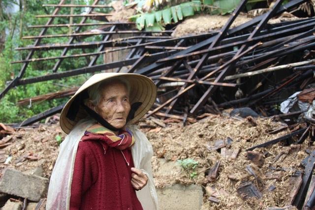 Bà Phú thất thần bên căn nhà sập sau lũ