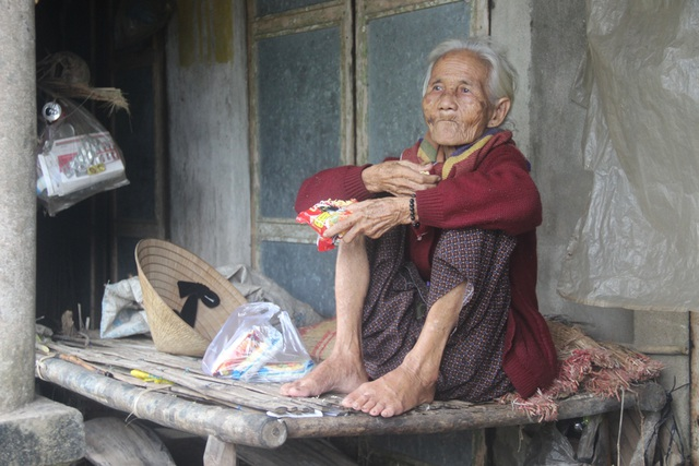 Mì tôm sống trở thành món ăn chính của cụ bà nay đã ngoài tuổi 80