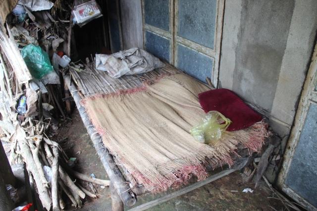 Nhà sập hết nửa, nơi ăn ở của bà Phú co cụm trong chiếc giường tre này
