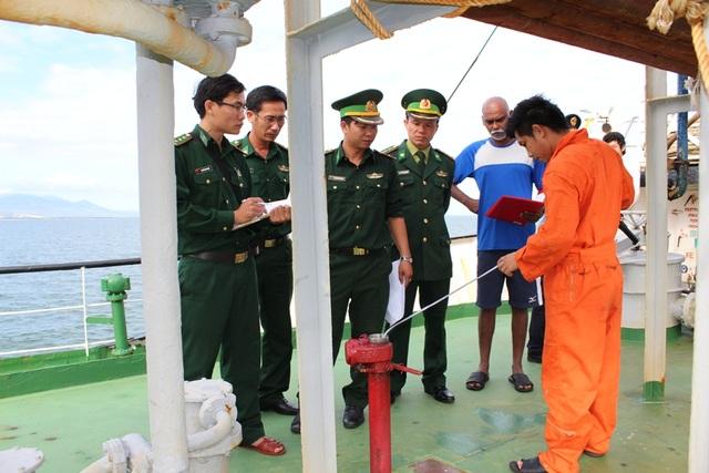 Lực lượng tuần tra chống buôn lậu trên biển Bộ đội Biên phòng tỉnh Quảng Ngãi kiểm tra tàu DANAI 8
