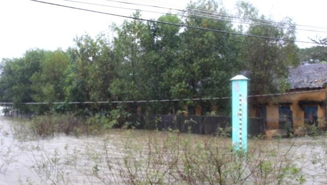 Ngày 15/12, mưa trắng trời và nước lũ tiếp tục dâng cao ở Quảng Ngãi, nhiều vùng dân cư lại bị cô lập lần thứ 3 trong vòng nửa tháng
