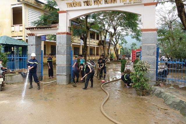 Nhiều trường học ở Quảng Ngãi bị ngập trong lũ