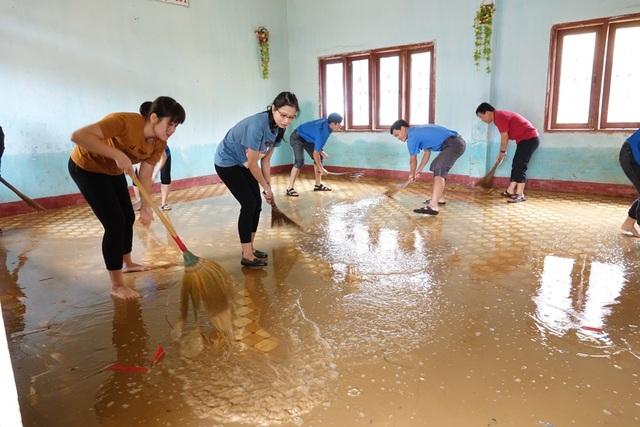 Các lực lượng tình nguyện đang tích cực hỗ trợ người dân dọn bùn sau lũ