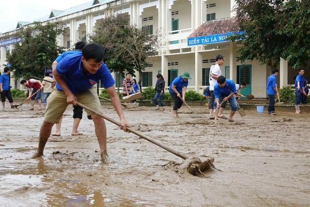 Lớp bùn dày bám trên sân trường học